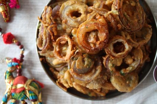 Echte indische Pekoras mit Zwiebeln