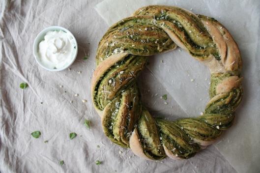 Pesto-Brotkranz mit Frischkäse-Joghurt I