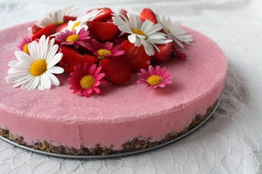 The Green Kitchen - gefrorener Erdbeer-Cheesecake auf Sonnenblumenkernen-Kruste III